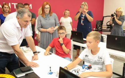 Детский технопарк «Кванториум» в Евпатории посетил председатель Государственного Совета Республики Крым Владимир Константинов